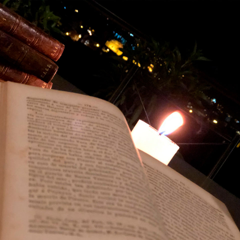 Acolpacha leer libro en la terraza
